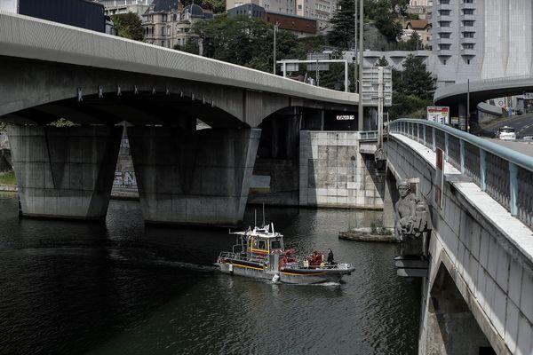 A Lyon, l'homme a été  recherché par les sapeurs-pompiers durant la nuit, les recherches sont encore en cours ce jeudi 15 juillet au matin.