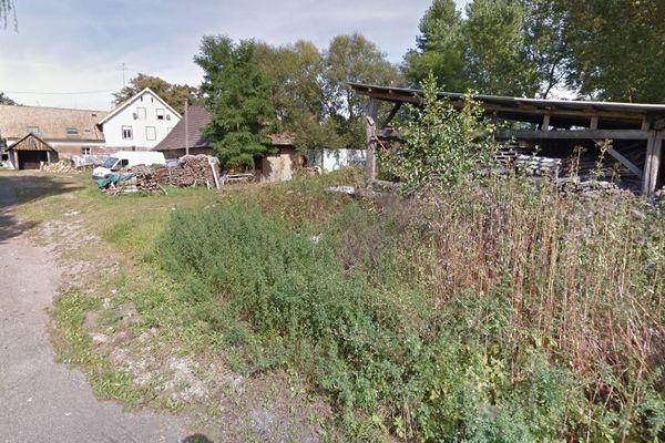 Le feu a détruit un hangar en tôle et en bois, semblable à celui-ci, qui se trouve route de Mutzenhouse à Schwindratzheim (Bas-Rhin).
