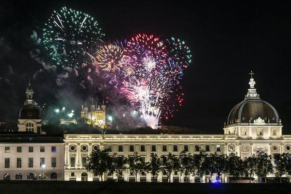 """Un feu d'artifice arc-en-ciel, sur le thème du """"soleil après la pluie"""", va illuminer le ciel de Lyon mercredi 14 juillet 2021."""
