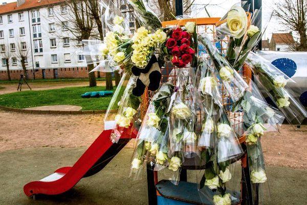 Un bouquet de fleurs en hommage à Chloé sur l'aire de jeux où elle se trouvait au moment de son enlèvement.