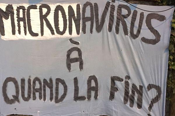 Cette banderole affichée sur le mur d'une maison du quartier de la Roseraie à Toulouse a valu à une jeune femme d'être placée en garde à vue pour outrage au chef de l'Etat.