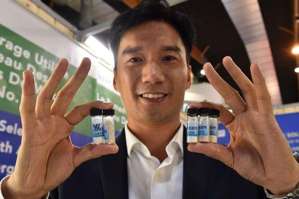 Un directeur des ventes chinois pose avec des échantillons