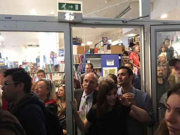 Les fans se bousculent pour voir François Hollande