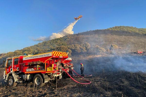 Deux canadairs et huit camions de pompiers étaient sur place.