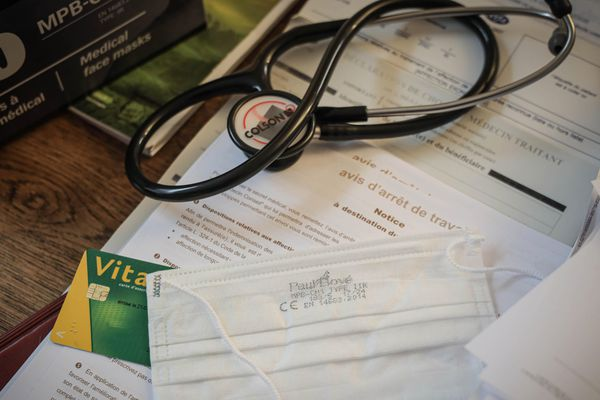 Matériel de consultation dans un cabinet de médecin généraliste. A Lyon, la grande majorité des cabinets libéraux sont ouverts mais voient très peu de patients en cette période de confinement lié à l'épidémie de coronavirus Covid-19. Avril 2020.
