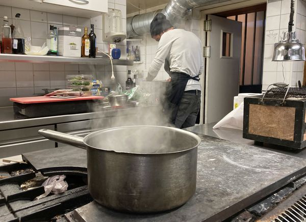 En proposant leurs plats en vente à emporter, les restaurateurs ont gardé le lien avec leurs clients.
