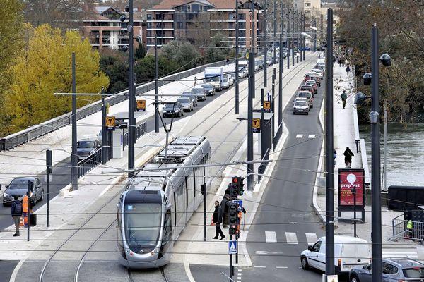 Photo d'archives. Les lignes 1 et 2 du tramway étaient à l'arrêt ce mardi après-midi en raison d'un arbre qui menace de tomber près de la station des Arènes Romaines