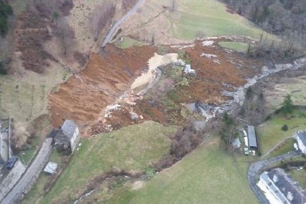 La route a été emportée par le glissement de terrain, sur plus de 70 mètres.