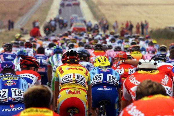 Coureurs du 87e Tour De France entre Poitiers et Loudun (2000).