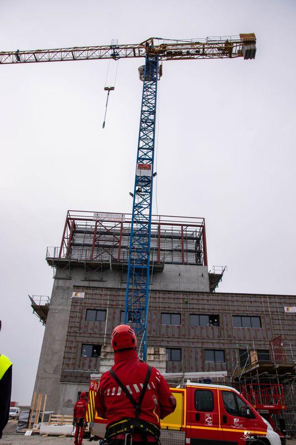 """Opération du GRIMP86 sur le chantier des bâtiments """"ZeroGravity"""", à proximité du Futuroscope à Chasseneuil-du-Poitou."""