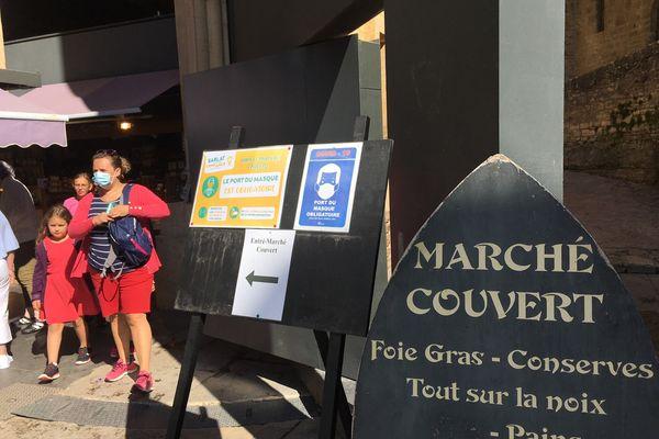 A l'entrée du marché couvert comme dans le centre historique de Sarlat, le masque est obligatoire. 2/08/21
