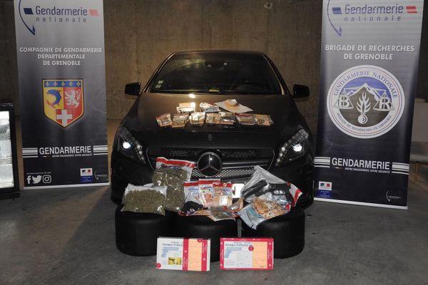 Plusieurs kilos de drogue, une Mercedes, des armes et des produits de luxe ont été saisis par les gendarmes.