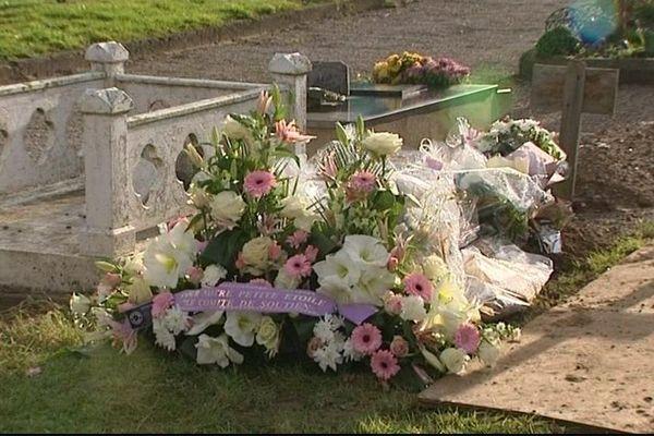Les anonymes déposent des fleurs sur la tombe nue de la petite Adélaïde