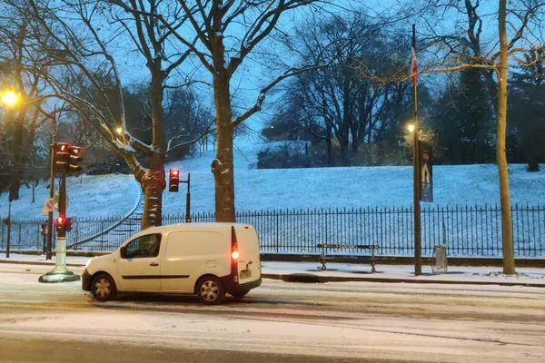 Paris, Buttes-Chaumont. Les routes sont glissantes en raison de la neige.
