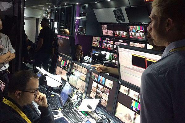 A l'intérieur du car-régie de France Télévision pendant la diffusion en direct de la première étape du Tour de France 2016