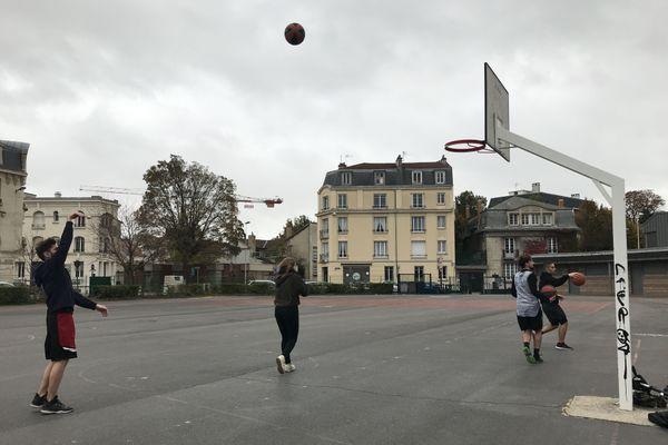 Au stade Saint-Symphorien à Reims, de jeunes basketteurs se retrouvent pour échanger quelques dribles