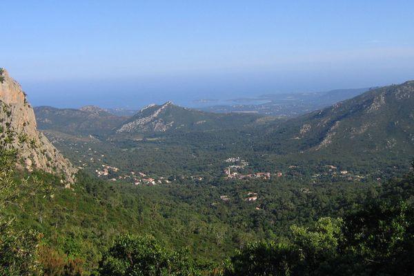 ILLUSTRATION - Vue du village de Conca (Corse du Sud) depuis le GR20.