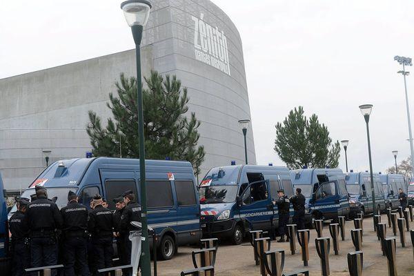Les forces de l'ordre devant le Zénith de Nantes avant le spectacle de Dieudonné