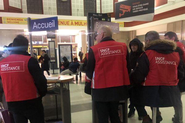 Des agent(e)s de la SNCF en gare de Mulhouse pendant la grève de décembre 2019.