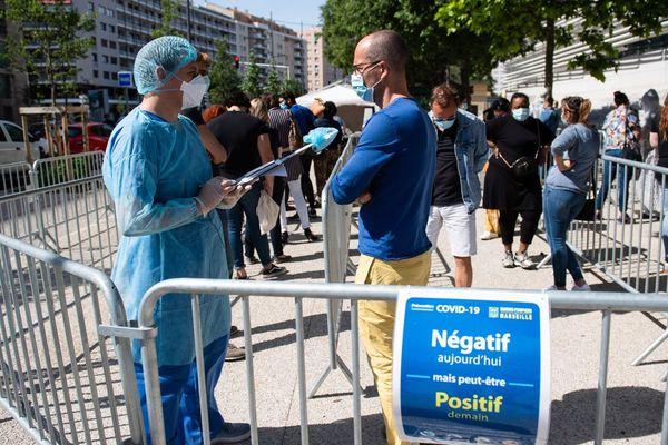 La queue encore le 7 mai dernier pour se faire dépister du Covid-19 devant l'IHU Méditerranée à Marseille.