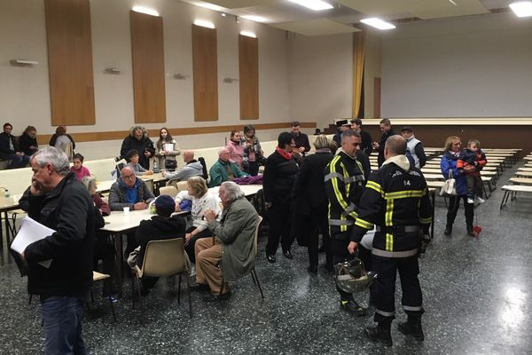 Les personnes évacuées sont hébergées dans la salle polyvalente.