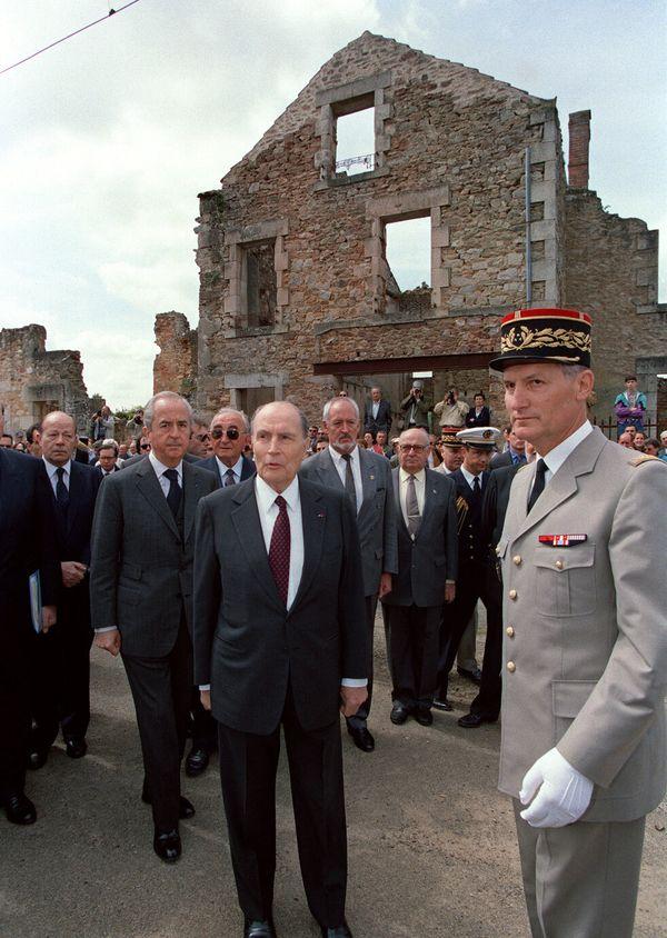 François Mitterrand à Oradour-sur-Glane (Haute-Vienne) le 10 juin 1994 en compagnie d'Edouard Balladur.