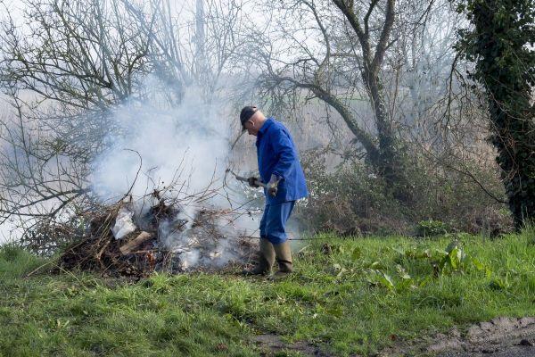 Le brûlage des déchets verts constitue une pratique interdite encore trop souvent répandue.