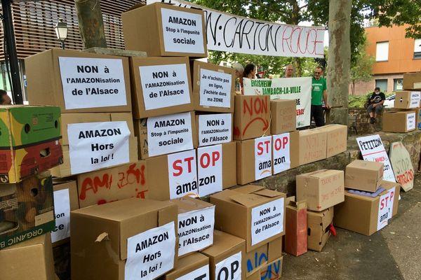 Les opposants au projet ont détourné les cartons de livraison d'Amazon
