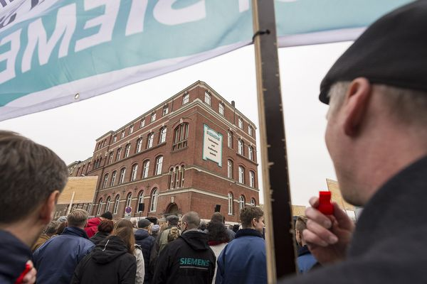 Les salariés allemands de Siemens ont manifesté jeudi 9 novembre contre les menaces de suppressions d'emplois.