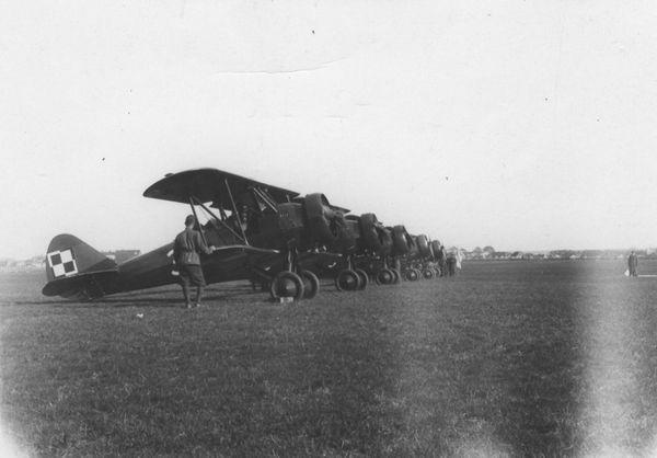 Des chasseurs polonais biplans PW26 à l'école d'aviation de Deblin, en 1937.