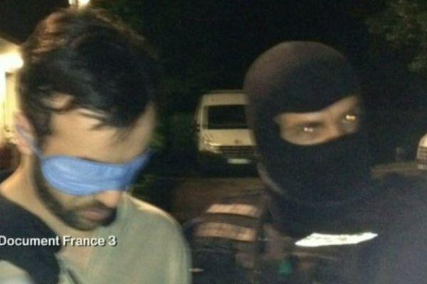 A gauche, Redoine Faïd au moment de son arrestation ce mercredi.