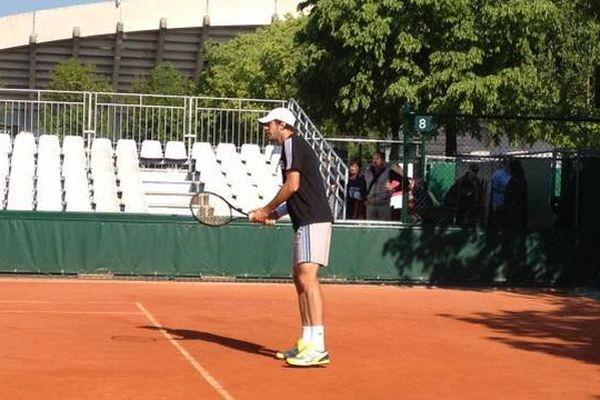 Guillaume Rufin à l'entraînement ce lundi matin, sur un court annexe de Roland-Garros.