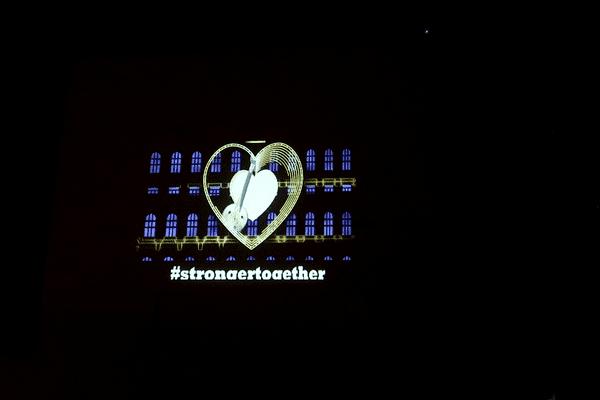 One World, One heart. Le message d' amour et de soutien a été projeté sur le modèle de la Fête des Lumières dans 9 villes du monde entier ce vendredi 17 avril 2020. Ici sur la façade du château de Cuire, aux portes de Lyon