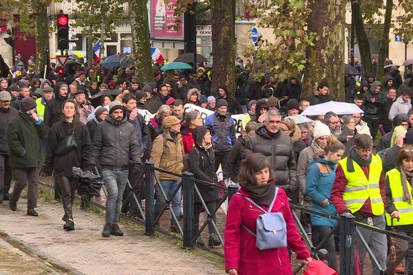 A Bordeaux, le cortège des gilets jaunes pour le premier anniversaire du mouvement avait rassemblé 1800 personnes selon la préfecture de la Gironde (16 novembre 2019).