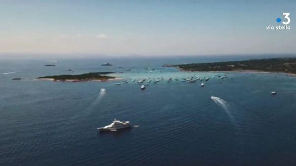 les yatchs, qui, innombrables, longent les côtes de l'île chaque été