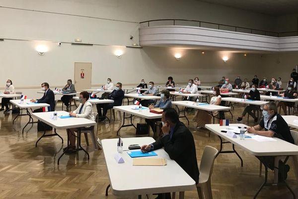 Le nouveau conseil municipal de Fismes a été élu samedi 23 mai dans les conditions sanitaires strictes imposées de distanciation des personnes et du port du masque.