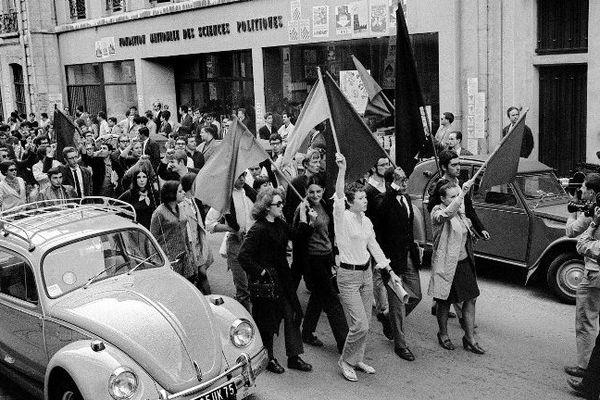 Les étudiants de Sciences-Po défilent dans la rue, drapeaux rouges et noirs en tête, après avoir dû évacuer leur établissement à Paris le 30 juin 1968.