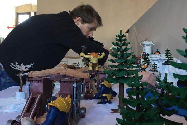 Dominique Béthune, passionné de Playmobil, installe un de ses dioramas au château fort de Sedan pour une exposition.