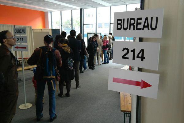 File d'attente dans un bureau de vote à Rennes