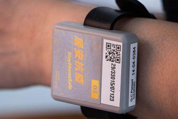 A Hongkong, les bracelets électroniques avec QR Code ont été imposés dès mars 2020 afin de contrôler la bonne application du confinement.