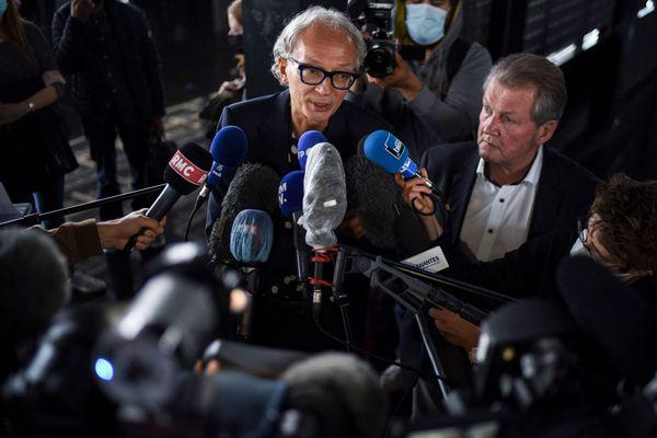 Thierry Fillion (au centre) et Patrick Larvor (à droite), les avocats d'Hubert Caouissin, ce 7 juillet 2021, à l'issue de leurs plaidoiries à la cour d'assises de Nantes