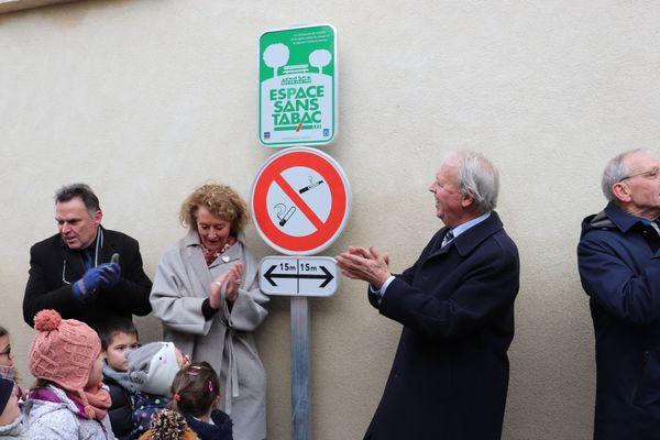 Il est interdit de fumer dans un périmètre de 30 mètres autour d'e l'entrée de l'école maternelle et de l'école élémentaire de Ligueil.