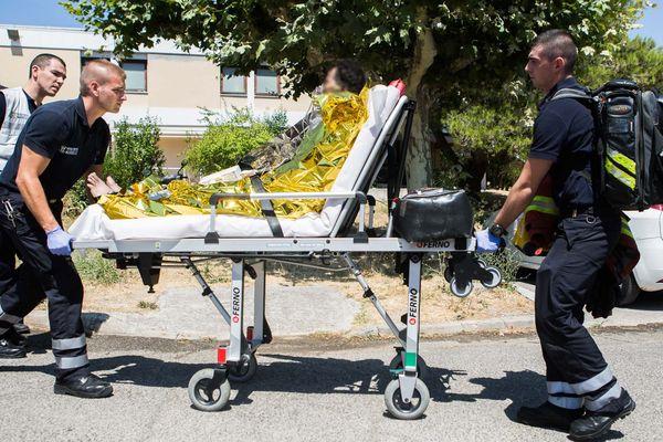 Un patient, brûlé, est transporté vers un autre hôpital