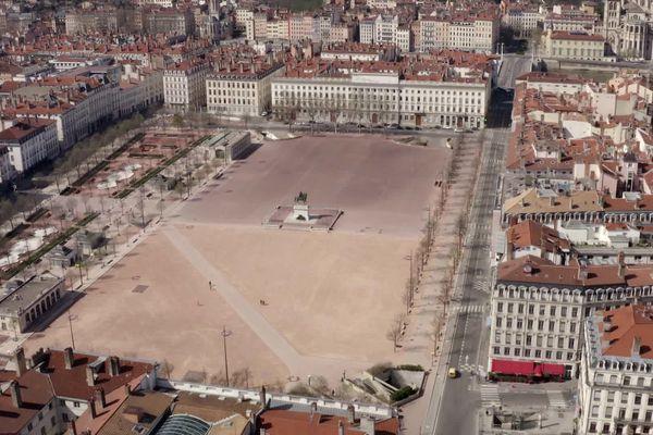 La Place Bellecour est restée vide ce 1er mai 2020 : pas de manifestation syndicale pour cause de confinement. Image drone du 16 avril 2020