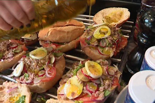 Des pans bagnats préparés selon la recette traditionnelle.