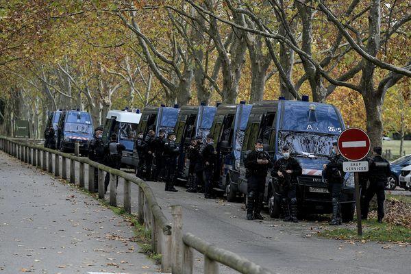 Compte-tenu des tensions entre Turcs et Arméniens, des gendarmes mobiles étaient déployés près de Décines le 29 octobre 2020 afin de prévenir d'éventuels affrontements. Décines abrite depuis des décennies des milliers de membres de la diaspora arménienne.