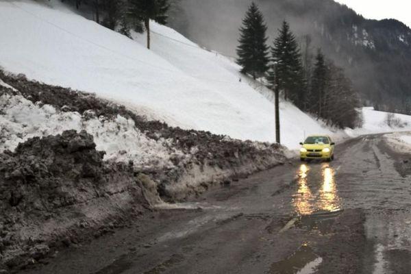Dans les Aravis, une coulée de neige a atteint la RD 909 dans le secteur de La Giettaz.