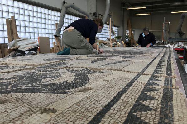 La mosaïque du Dieu Océan, datant du IIe siècle après J.-C., est restaurée dans les ateliers du musée de Saint-Romain-en-Gal (Rhône).