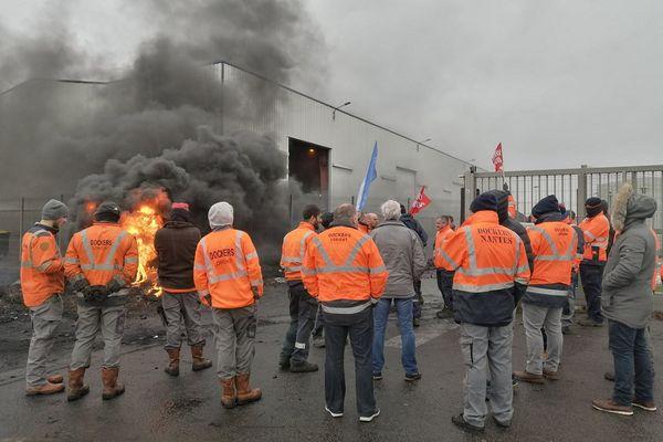 Ce jeudi 21 janvier, les agents portuaires et dockers continuent de bloquer toutes les livraisons au port de commerce de Lorient.