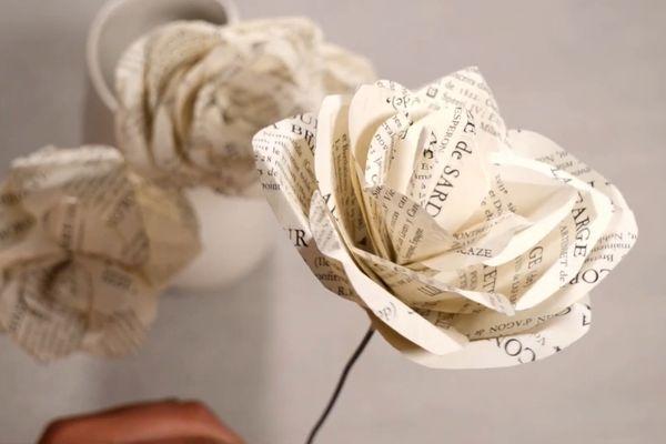 Rose en papier créée par Caroline Boeglin